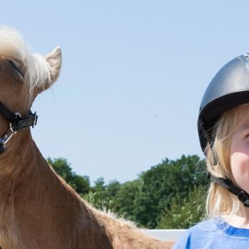 Kind-und-Pony-freuen-sich-Pferde-für-unsere-Kinder-e.V.-c-Thomas-Hellmann